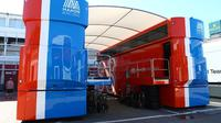 Truk trailer hospitality, salah satu aset bekas tim Rio Haryanto, Manor Racing, yang dijual di rumah lelang. (Crash)