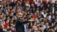 Pelatih Manchester City, Pep Guardiola memberikan instruksi kepada anak asuhnya saat melawan Swansea City pada lanjutan Premier League di Stadion Liberty, Swansea, Sabtu (24/9/2016). (AFP/Adrian Dennis)
