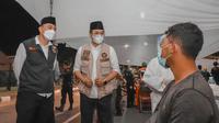 Wali Kota Surabaya Eri Cahyadi dan Bupati Bangkalan R Abdul Latif Amin Imron meninjau penyekatan Suramadu. (Dian Kurniawan/Liputan6.com)