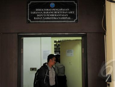10 tahanan narkoba berhasil kabur dari ruang tahanan BNN dengan cara menjebol tembok bagian belakang, Selasa (31/3/2015). Tembok ruang tahanan BNN berukuran 16 milimeter, luas jebolan 30 sentimeter (cm) dengan lebar 40 cm. (Liputan6.com/Yoppy Renato)