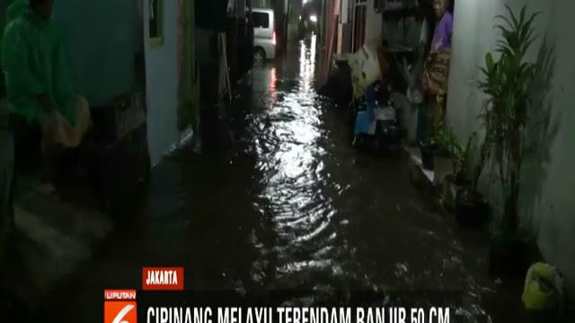 Meski banjir terus meninggi, namun warga masih tetap bertahan di rumah dan menunggu banjir surut.
