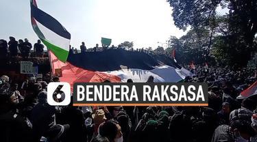 Ribuan orang gelar demonstrasi di depan Gedung Sate Jawa Barat hari Sabtu (22/5). Mereka sampaikan aspirasi mendukung kemerdekaan Negara Palestina dengan membawa bendera raksasa.