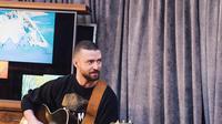 Justin Timberlake menyewa seseorang yang mirip Britney Spears untuk lagu Cry Me River. Lagu tersebut menceritakan tentang mantan yang selingkuh. (instagram/justintimberlake)