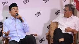 Ketua DPP Golkar Bidang Keumatan, Muhammad Zainul Majdi atau Tuan Guru Bajang (kiri) bersama Tim TKN Jokowi-Ma'ruf Amin, Budiman Sudjatmiko saat berbicara pada diskusi di Rumah Cemara, Jakarta, Rabu (10/4). Diskusi bertema Hoax, Golput dan Masa Depan Bangsa. (Liputan6.com/Helmi Fithriansyah)