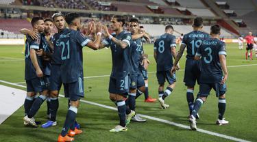 Pemain Argentina merayakan gol yang dicetak Nicolas Gonzalez ke gawang Peru pada laga kualifikasi Piala Dunia 2022 zona CONMEBOl di Estadio Nacional de Lima, Rabu (18/11/2020) pagi WIB. Argentina menang 2-0 atas Peru. (AFP/Sebastian Castaneda/pool)