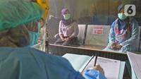 Pasien melakukan pendaftaran saat simulasi vaksin COVID-19 di Puskesmas Tapos, Depok, Jawa Barat, Kamis (22/10/2020). Pemkot Depok menggelar simulasi vaksin COVID-19 dalam rangka persiapan vaksinasi yang rencananya akan dilaksanakan bulan November 2020. (Liputan6.com/Herman Zakharia)