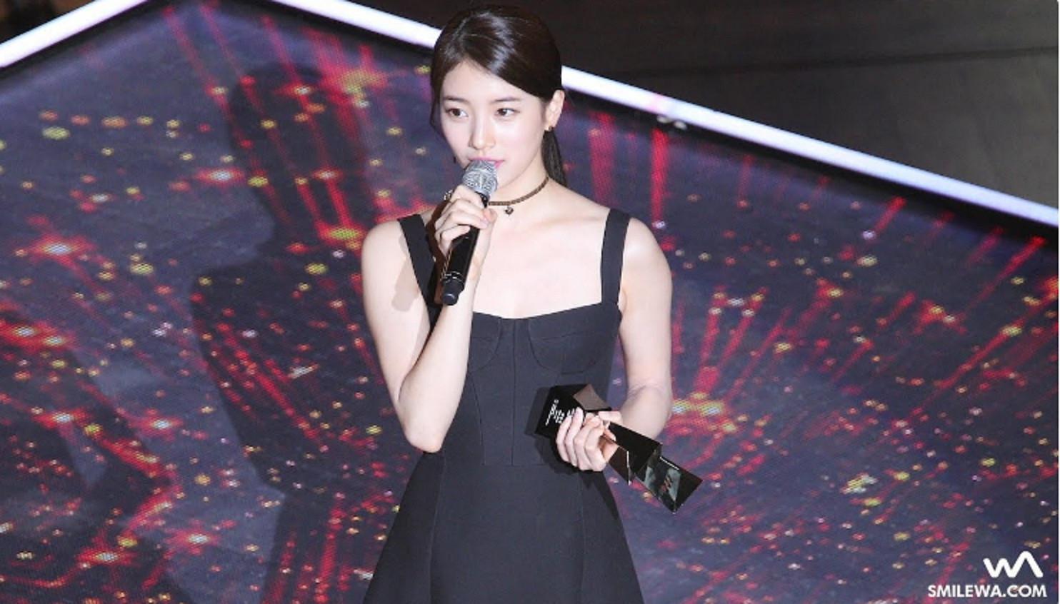 Suzy `Miss A` saat menerima penghargaan Asia Artis Awards 2017 (KoreaBoo)