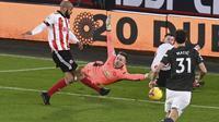 David McGoldrick mencetak gol ke gawang Manchester United pada pertandingan Liga Inggris di stadion Bramall Lane di Sheffield, Inggris, Kamis, Des 17, 2020. (Laurence Griffiths / Pool via AP)