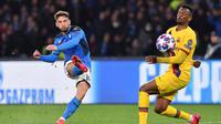 Pemain Napoli Dries Mertens (kiri) mencetak gol ke gawang Barcelona pada pertandingan babak 16 besar Liga Champions di San Paolo Stadium, Naples, Italia, Selasa (25/2/2020). Pertandingan berakhir dengan skor 1-1. (Cafaro/LaPresse Via AP)