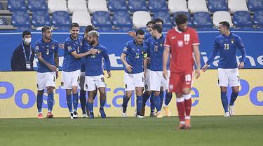 Para pemain Italia melakukan selebrasi setelah rekan setimnya Jorginho (kedua kiri) mencetak gol pembuka ke gawang Polandia pada pertandingan UEFA Nations League di Stadion Mapei, di Reggio Emilia, Italia, Minggu (15/11/2020). Italia menang atas Polandia 2-0. (Fabio Ferrari/LaPresse via AP)