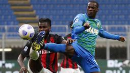 Gelandang AC Milan, Franck Kessie (kiri) berebut bola dengan gelandang Sassuolo, Pedro Obiang dalam laga lanjutan Liga Italia 2020/2021 pekan ke-32 di San Siro Stadium, Milan, Rabu (21/4/2021). AC Milan kalah 1-2 dari Sassuolo. (AP/Antonio Calanni)