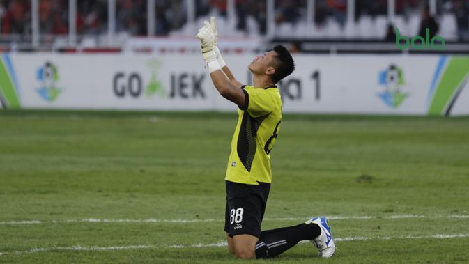 Kiper Persija, Shahar Ginanjar, merayakan kemenangan atas Persela pada laga Liga 1 di SUGBK, Jakarta, Selasa (20/11). Persija menang 3-0 atas Persela. (Bola.com/Vitalis Yogi Trisna)
