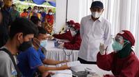 Menteri Koperasi dan UKM Teten Masduki meninjau program Sentra Vaksin untuk Pahlawan Ekonomi Digital Indonesia, di Lazada Logistics Warehouse, Cimanggis, Depok, Sabtu (25/7/2021). (Dok KemenkopUKM)