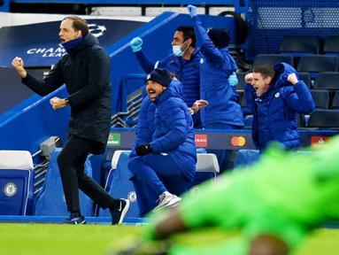 Pelatih Chelsea, Thomas Tuchel, dan staf pelatih merayakan kemenangan atas Real Madrid pada leg kedua semifinal Liga Champions, di Stadion Stamford Bridge, Kamis (06/05/2021). Chelsea menang dengan skor 2-0. (AFP/Glyn Kirk)