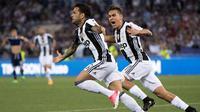 Bek Juventus, Dani Alves melakukan selebrasi usai mencetak gol ke gawang Lazio pada pertandingan Finla Coppa Italia di stadion Olimpico, Roma, (18/5). Juventus menang atas Lazio dengan skor 2-0. (Claudio Peri/ANSA viaAP)
