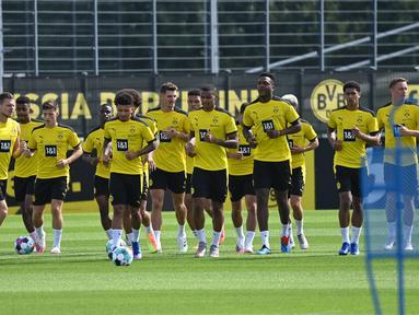 Pemain Borussia Dortmund saat menjalani sesi latihan di Dortmund Bracker Training Ground, Dortmund, Selasa (4/8/2020). Skuat Borussia Dortmund mulai jalani sesi latihan pramusim kompetisi Bundesliga 2020/2021. (AFP/Ina Fassbender)