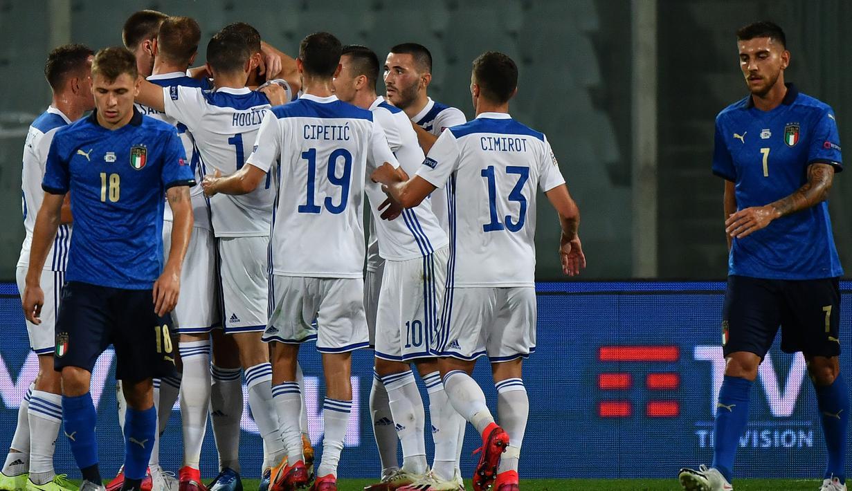 Pemain Bosnia merayakan gol yang dicetak Edin Dzeko ke gawang Italia pada laga UEFA Nations League di  Artemio Franchi, Sabtu (5/9/2020) dini hari WIB. Italia bermain imbang 1-1 atas Bosnia. (AFP/Isabella Bonotto)