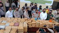 Kapolres Empat Lawang AKBP Wahyu menggelar konferensi pers terkait penangkapan pengedar narkoba jenis ganja seberat 748 Kilogram (Dok. Humas Polres Empat Lawang / Nefri Inge)