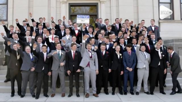 Sebuah foto yang menunjukan murid-murid mengangkat tangan seperti salam nazi membuat heboh warga AS.