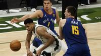 Giannis Antetokounmpo tak berkutik melawan Nikola Jokic di lanjutan NBA (AP)