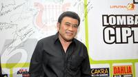 Mengenakan kemeja berwarna hitam, pemeran 'Satria Bergitar' ini berpendapat, musik dangdut masih memiliki gairah sepanjang 2013. (Liputan6.com/Panji Diksana)