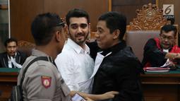 Aktor Fachri Albar berpelukan dengan kuasa hukumnya usai menjalani sidang vonis di PN Jakarta Selatan, Selasa (10/7). Fachri divonis untuk menjalani rehabilitasi sosial selama tujuh bulan di RS Ketergantungan Obat Jakarta. (Liputan6.com/Immanuel Antonius)