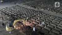 Foto dari udara memperlihatkan proses pemakaman di TPU Rorotan, Jakarta, Jumat (16/7/2021). Akumulasi kasus kematian akibat COVID-19 di Indonesia mencapai 71.397 orang (Liputan6.com/Herman Zakharia)