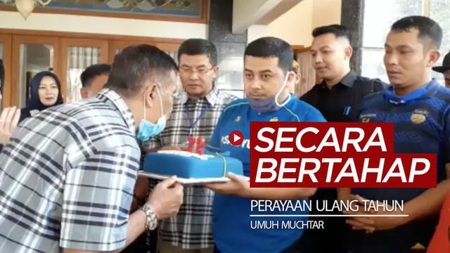 Berita video perayaan ulang tahun (ultah) Komisaris PT. Persib Bandung Bermartabat, Umuh Muchtar, harus dilakukan bertahap karena pandemi COVID-19.