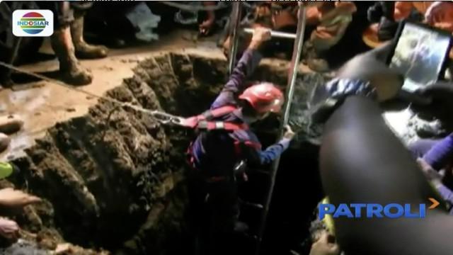 Tim SAR gabungan akhirnya dapat mengeluarkan jenazah pekerja yang tertimbun tanah galian di proyek saluran air kawasan Penjaringan, Jakarta Utara.