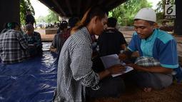 Anak punk saat belajar mengaji dengan Iqro bersama Komunitas Tasawuf Underground di kolong flyover Tebet, Jakarta, Sabtu (8/12). Komunitas ini mengajak anak-anak punk dan anak jalanan kembali ke kehidupan yang baik. (Merdeka.com/Imam Buhori)