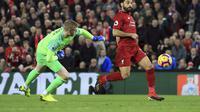 Winger Liverpool, Mohamed Salah, diadang kiper Everton, Jordan Pickford, dalam laga lanjutan Premier League di Stadion Anfield, Minggu (2/12/2018) waktu setempat.  (AP Photo/Jon Super)