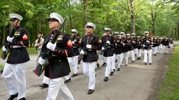 Marinir AS berbaris menuju tempat upacara Hari Peringatan Perang Dunia I di Pemakaman Amerika Aisne-Marne di Belleau, Prancis (27/5). (AP Photo / Virginia Mayo)
