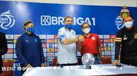 Pelatih Persib Bandung, Robert Alberts dan COO Bhayangkara FC, Sumardji saling meminta maaf. (Tangkapan layar Instagram Bhayangkara FC).