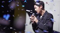 Song Joong Ki berjanji kepada penggemarnya untuk mengajak seorang tamu spesial di fan meeting yang digelar. (Blossom Entertainment)