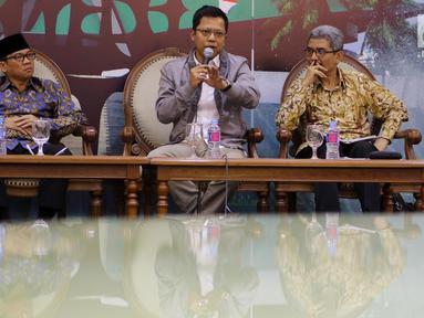Anggota MPR F-Golkar Ichsan Firdaus (tengah), Anggota MPR F-PAN Yandri Susanto (kiri) dan perwakilan BNP2TKI Freddy Panggabean saat diskusi Empat Pilar MPR, Jakarta, Senin (5/11). Tema diskusi Perlindungan Tenaga Kerja Indonesia. (Liputan6.com/JohanTallo)
