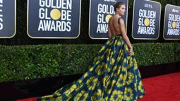 Penyanyi Taylor Swift di karpet merah menghadiri Penghargaan Golden Globe Tahunan ke-77 di The Beverly Hilton Hotel di Beverly Hills, California (5/1/2020). Taylor Swift tampil cantik mengenakan gaun motif bunga. (AFP/Valerie Macon)