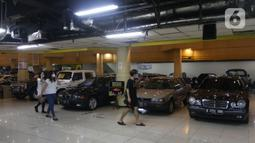 Pengunjung melihat mobil bekas yang dijual di bursa mobil bekas Mall Blok M, Jakarta, Jumat (8/10/2021). Sempat sangat redup, kini penurunan level PPKM membuat pasar mobil bekas berangsur pulih. (Liputan6.com/Angga Yuniar)
