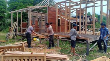 Hadiah Rumah Baru Bagi Pasutri yang Tinggal di Kandang Ayam di Ogan Ilir