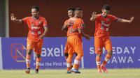 Selebrasi pemain Persiraja Banda Aceh usai mengalahkan Persita Tangerang dalam pertandingan Babak Penyisihan Piala Menpora 2021 di Stadion Maguwoharjo, Sleman. Rabu (24/3/2021). (Bola.com/Arief Bagus)