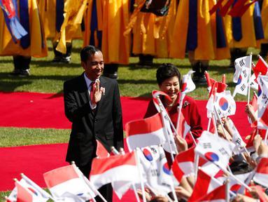 Presiden RI, Joko Widodo bersama Presiden Korea Selatan Park Geun-hye menyapa warga sebelum menghadiri upacara penyambutan di Blue House, Korea Selatan (16/5). Jokowi tiba di Korsel pada tanggal 15 Mei untuk kunjungan empat hari. (AFP PHOTO/KIM HONG-JI)