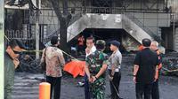 Presiden Joko Widodo (Jokowi) berbincang dengan Panglima TNI Mareskal Hadi Tjahjanto saat meninjau Gereja Kristen Indonesia yang menjadi lokasi ledakan bom di Jalan Arjuna, Surabaya, Minggu (13/5). (Liputan6.com/Istimewa)