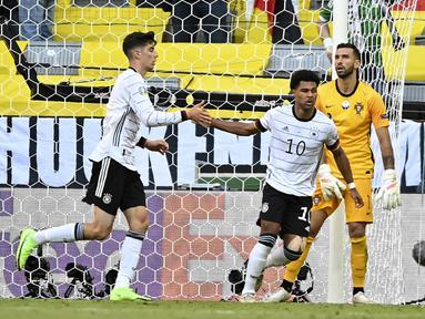 Ajang Euro 2020 (Euro 2021) baru menyelesaikan matchday kedua di fase grup alias baru 24 pertandingan dijalani. Uniknya, rekor gol bunuh diri langsung terpecahkan sejauh ini, dengan total 5 gol bunuh diri mengalahkan pencapaian edisi 2016 lalu yang hanya tiga kali. (Foto: AP/Pool/Philipp Guelland)