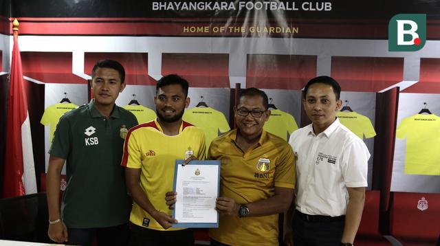 Pemain Bhayangkara FC, Saddil Ramdani, saat menandatangani kontrak pemain di Mess Bhayangkara, Jakarta, Sabtu (8/2). Saddil menjadi rekrutan terakhir Bhayangkara FC.(Bola.com/Yoppy Renato)