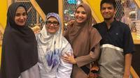 Zaskia Sungkar, Shireen Sungkar, Fenny Bauty dan Yusuf Averoes. [foto: instagram.com/fenny.bauty]