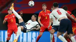 Striker Inggris, Danny Ings, berusaha mencetak gol ke gawang Wales pada laga persahabatan di Stadion Wembley, Jumat (9/10/2020) dini hari WIB. Inggris menang 3-0 atas Wales. (AFP/Nick Potts/pool)