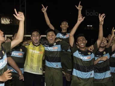 Para pemain Adira FC merayakan gelar juara Grand Final Super Soccer Futsal Battle 2017 di Bintaro Xchange, Tangerang, Minggu (22/10/2017). Adira FC menang adu penalti atas Merah Jaya Bekasi. (Bola.com/Vitalis Yogi Trisna)