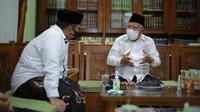 Menag Yaqut Cholil Qoumas berkunjung ke Pondok Pesantren Daarul Rahman, di Jagakarsa, Jakarta Selatan, bersilaturahmi dengan KH Syukron Ma'mun, Sabtu siang (6/2/2021).  (Dokumentasi Kemenag)