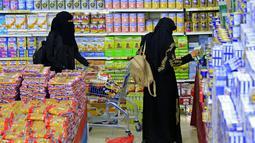 Pengunjung berbelanja bahan makanan dan persediaan saat mereka mempersiapkan diri seminggu menjelang bulan suci puasa Ramadan di supermarket di ibu kota Yaman, Sanaa, Selasa (6/4/2021). (AFP Photo/Mohammed Huwais)