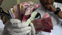 Barang bukti uang hasil OTT Pungli di Kantor Imigrasi Daerah Istimewa Yogyakarta. (Liputan6.com/Switzy Sabandar)