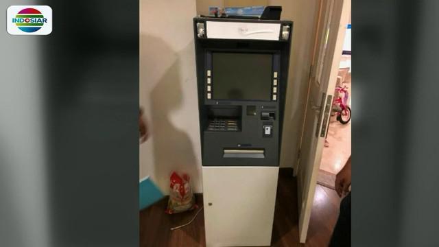 Mesin tersebut ditemukan teronggok di kamar pelaku di kawasan Menteng, Jakarta Pusat, beserta sejumlah mesin EDC dan sejumlah kartu ATM nasabah.